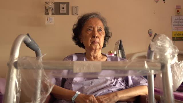 starsza kobieta pacjenta gojenia jej kolanach operacji ran - rana filmów i materiałów b-roll