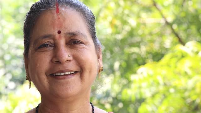 vídeos de stock e filmes b-roll de senior woman portrait - cultura indiana