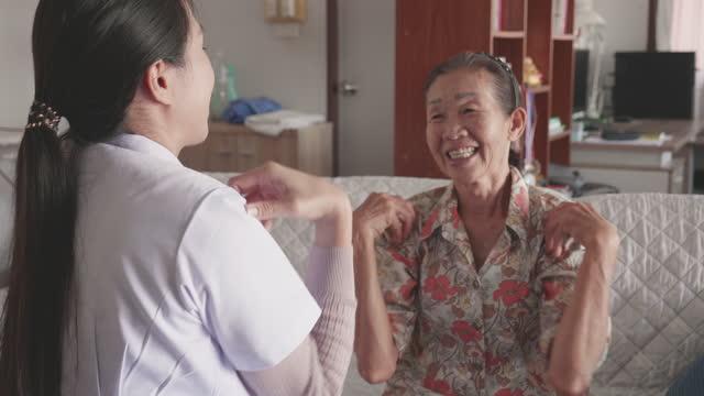 vídeos y material grabado en eventos de stock de mujer de último año que recibe atención médica en casa - toma mediana