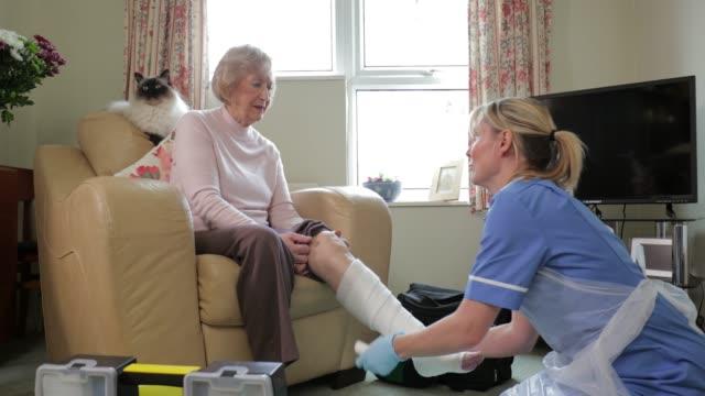 年配の女性が、自宅療養中 - 介護点の映像素材/bロール