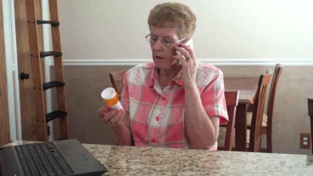 donna anziana ricerca medica - prescrizione medica video stock e b–roll