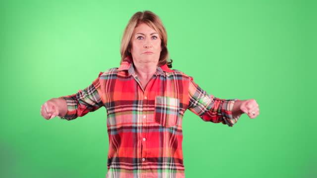 senior woman showing her strength - napinać mięśnie filmów i materiałów b-roll