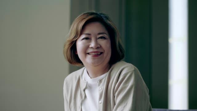 ältere frau, lächelndes gesicht - thailändischer abstammung stock-videos und b-roll-filmmaterial