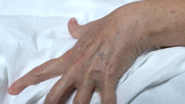 vídeos y material grabado en eventos de stock de mujer mayor exprimiendo lino en el hospital, sufriendo de dolor, enfermedad fatal - geriatría
