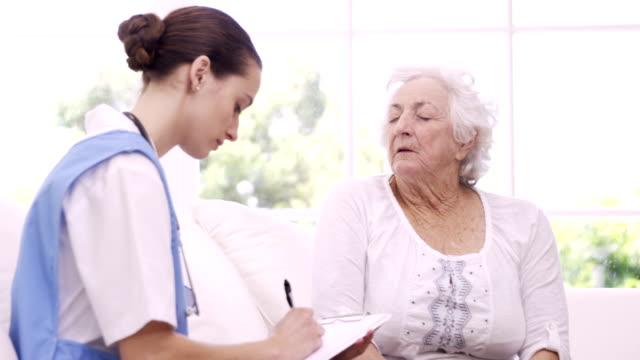 Senior Frau sprechen auf eine Krankenschwester – Video