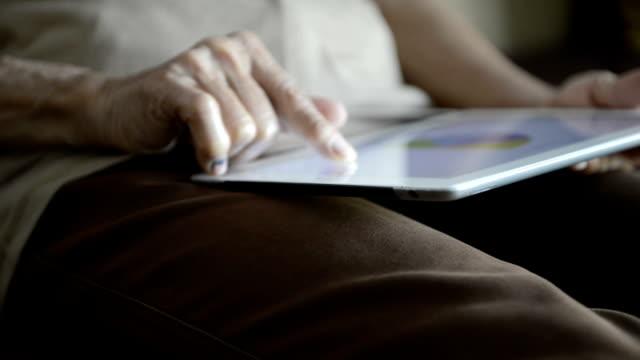 vídeos de stock e filmes b-roll de mulher idosa usando tablet digital - senior business woman tablet