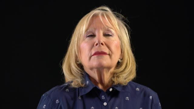 ältere frau mit blonden haaren durchatmen - atemübung stock-videos und b-roll-filmmaterial