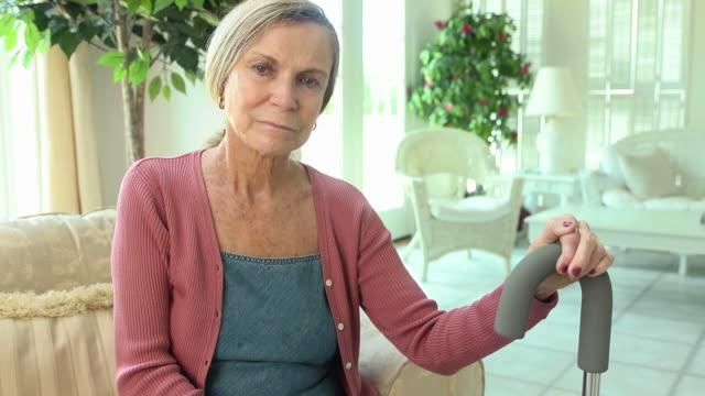 vídeos de stock e filmes b-roll de mulher idosa com bengala - enfarte