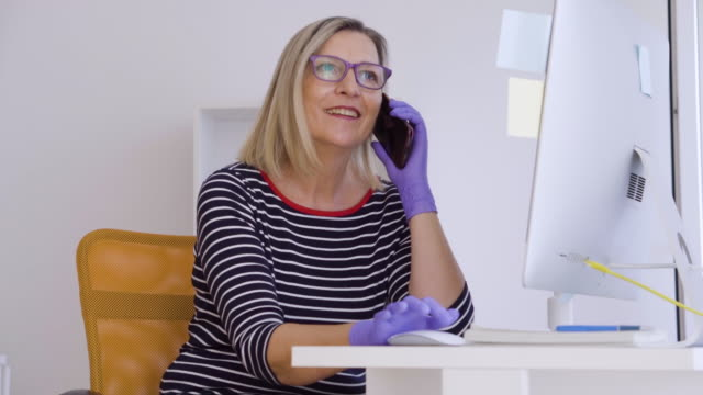 Bидео Senior woman working from home during pandemic isolation
