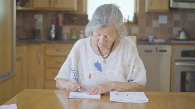senior in einem check - haushaltskosten stock-videos und b-roll-filmmaterial