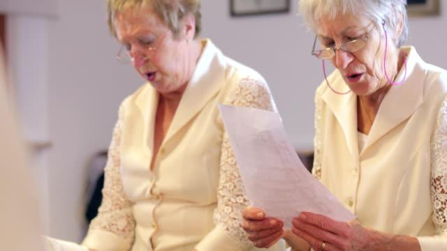 合唱団の歌唱で年配の女性 - 兄弟姉妹点の映像素材/bロール