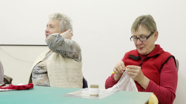 退職後のコミュニティで楽しむシニア女性 - 上半身点の映像素材/bロール