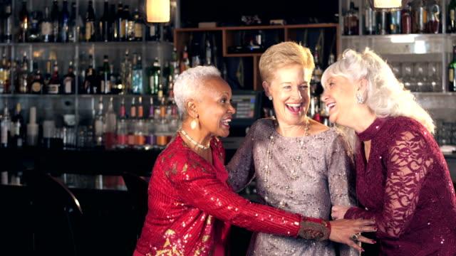frauen in führungspositionen genießen nacht heraus, reden in bar - klatsch stock-videos und b-roll-filmmaterial
