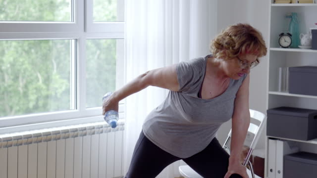Bидео Senior women exercise at home