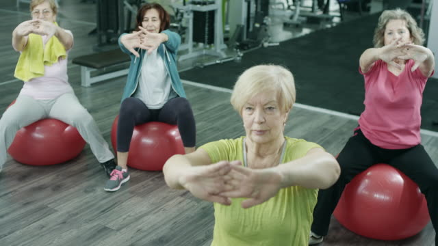 frauen in führungspositionen im fitness-studio trainieren - fitnesskurs stock-videos und b-roll-filmmaterial