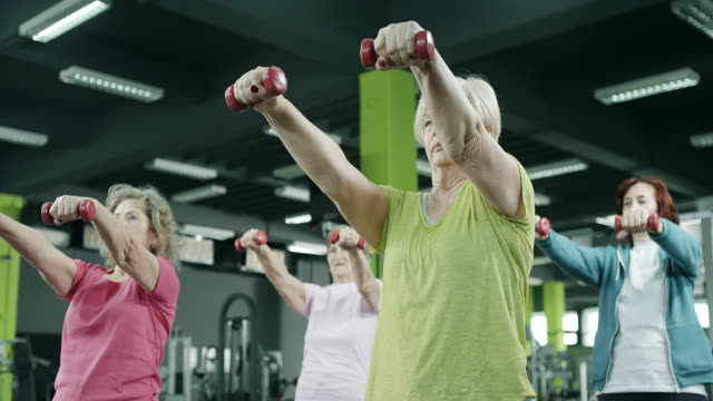 äldre kvinnor utövar - active senior bildbanksvideor och videomaterial från bakom kulisserna
