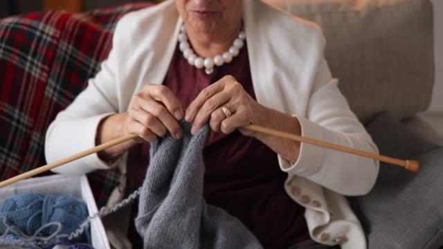 donne anziane che lavorano a maglia a casa - cucitura video stock e b–roll