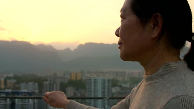 senior women looking city sunset - distrarre lo sguardo video stock e b–roll