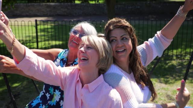 senior women on a swing - 50 54 lata filmów i materiałów b-roll