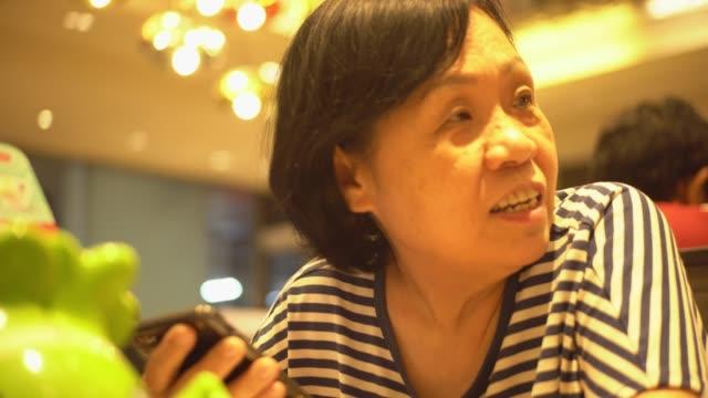 vídeos y material grabado en eventos de stock de mujeres mayores hablando. - geriatría