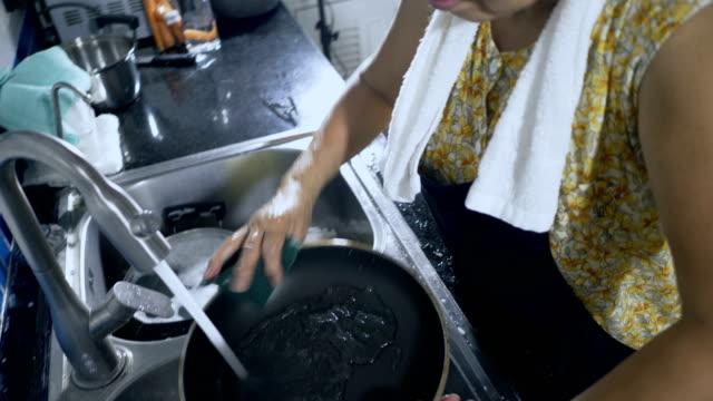 senioren zu hause: waschmaschine bei der küchenspüle - küchenzubehör stock-videos und b-roll-filmmaterial