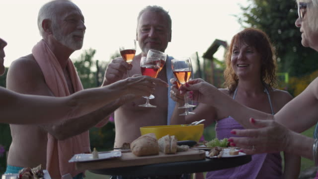 プール高齢者 bbq パーティー - 別荘点の映像素材/bロール