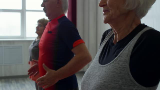 senioren tun körper tippen übung - magen stock-videos und b-roll-filmmaterial