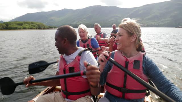 ボートで楽しむ高齢者 - disruptagingcollection点の映像素材/bロール