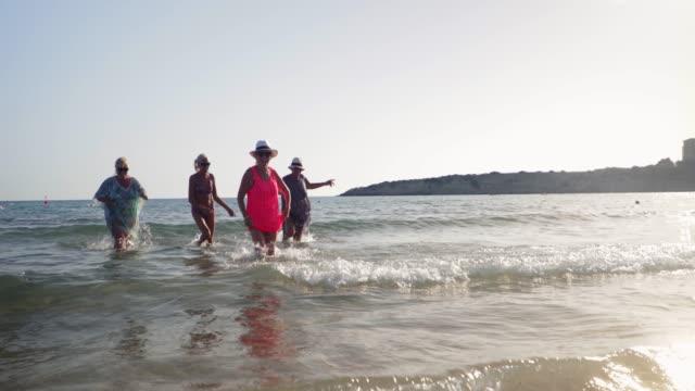 海で楽しんでいる先輩 - disruptagingcollection点の映像素材/bロール