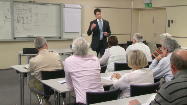 HD: Les retraités les établissements financiers de l'organisation d'un séminaire - Vidéo