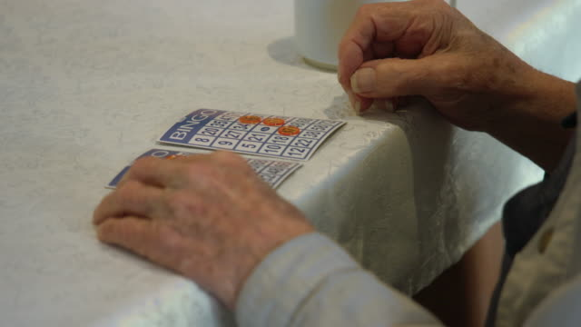seniorer som spelar bingo - bingo bildbanksvideor och videomaterial från bakom kulisserna