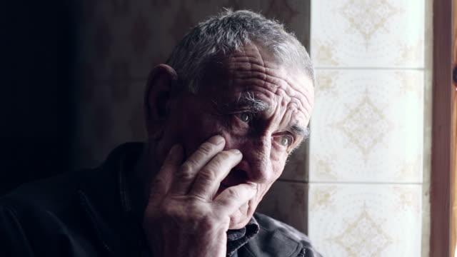 vídeos de stock e filmes b-roll de seniores retrato de homem caucasiano contemplativa velha perto de janela - old men window
