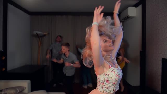 vidéos et rushes de sensuelle femme sexy danse avec tentation - tentation