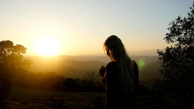 duchowość zmysłowa &  spaceru podczas zachodu słońca - podświetlony filmów i materiałów b-roll