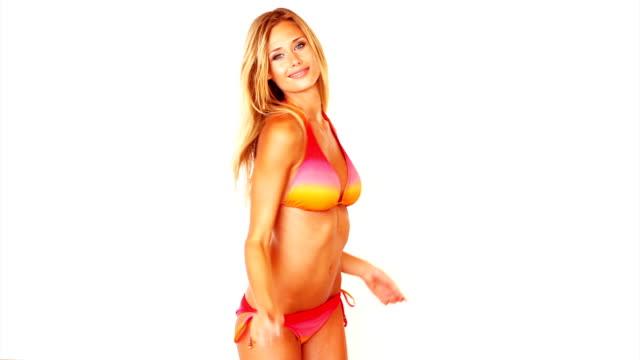 vidéos et rushes de sensualité jeune femme en bikini - décolleté