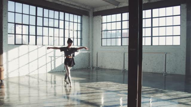 広々とした部屋でバレエをする感覚的ダンサー - バレリーナ点の映像素材/bロール