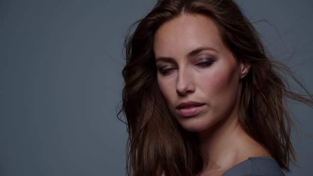vidéos et rushes de modèle balayé par le vent sensuel en gris - cheveux dans le vent