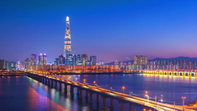seoul city ve lotte kule, güney kore. zaman atlamalı - güney kore stok videoları ve detay görüntü çekimi
