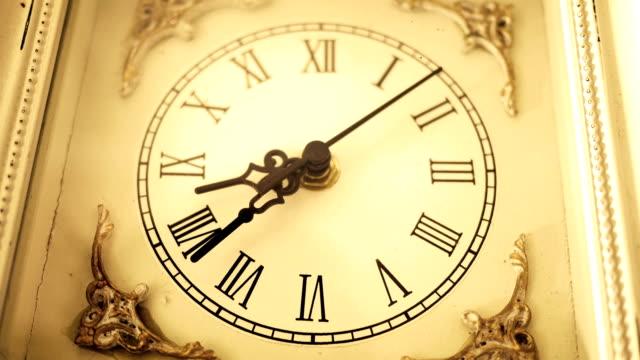 vídeos de stock, filmes e b-roll de sépia velha antiquado relógio romano ocidental antigo passando lentamente pelo ângulo 1 - cronômetro instrumento para medir o tempo