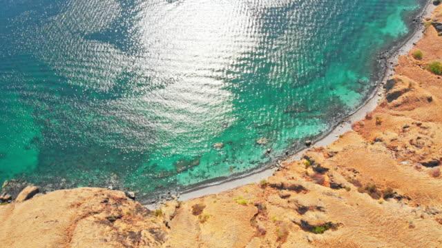 fridfull atmosfär på en avskild ö - turistbåt bildbanksvideor och videomaterial från bakom kulisserna