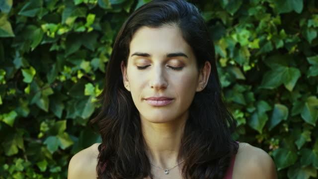 serena donna spagnola di mezza età adulta - ambientazione tranquilla video stock e b–roll