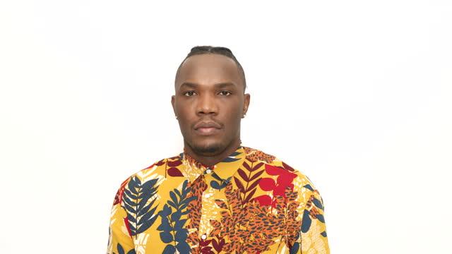 vídeos y material grabado en eventos de stock de hombre africano serio sobre fondo blanco - encuadre cintura para arriba