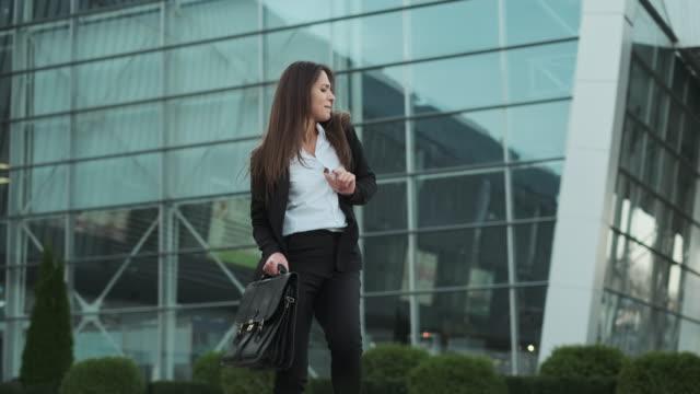 vidéos et rushes de serious business lady danse en plaisantant et devient sérieux à nouveau. - book