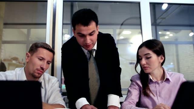 vídeos y material grabado en eventos de stock de empresario serio explicando el plan a sus colegas - planificación financiera