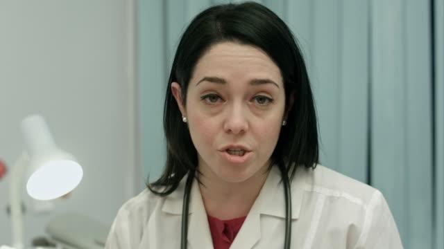 seriös kvinna läkare talar om en sjukdom och resultera i modernt sjukhus inomhus - mature women studio grey hair bildbanksvideor och videomaterial från bakom kulisserna