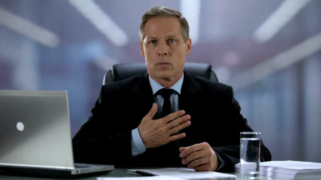vídeos de stock e filmes b-roll de serious male chief nodding and showing respect gesture during business meeting - moralidade