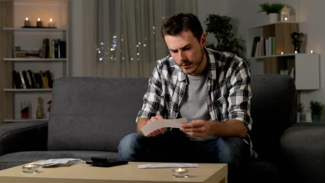 vidéos et rushes de reçus de vérification comptable homme sérieux - bec