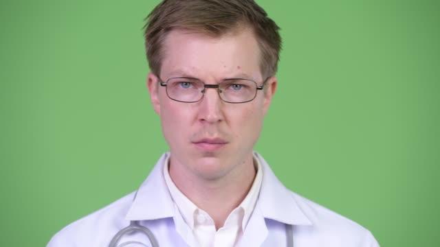 serious man doctor shaking head and saying no - negacja filmów i materiałów b-roll