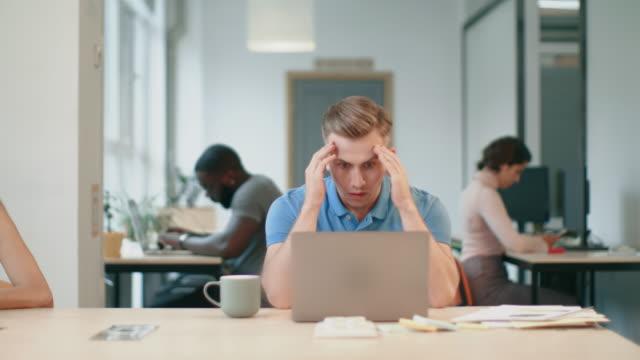 vídeos de stock, filmes e b-roll de computador de observação do homem sério no local de trabalho. notícia choc da leitura masculina da pessoa - correio correspondência