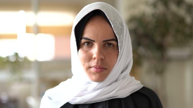 vídeos y material grabado en eventos de stock de retrato de mujer musulmana seria en casa - islam